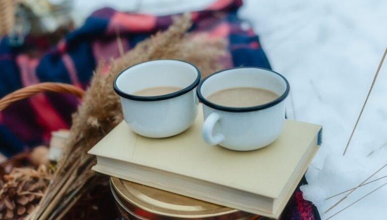 Silti dzērieni un kārumi, ko ņemt līdzi novembra lāpu gājienos
