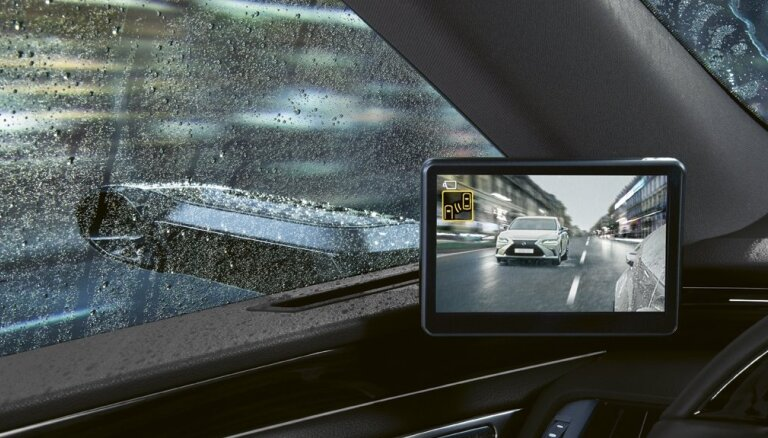 'Lexus ES 300h' ieguvis digitālos sānskata spoguļus