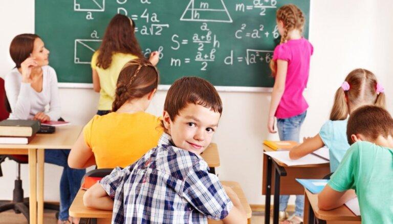Pieņem grozījumus pārejai uz kompetenču pieejā balstītu mācību saturu