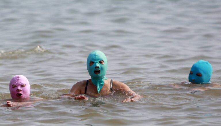 Китаянки ходят на пляж в масках
