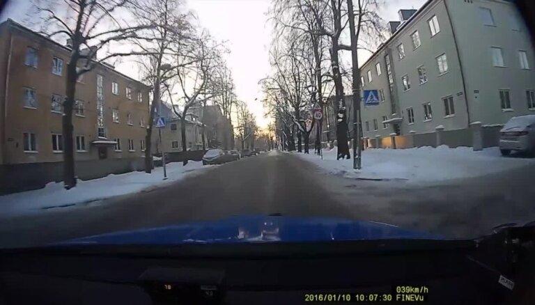 Bēgot no policijas, Tallinā avarē apreibis vīrietis ar 'Alfa Romeo'