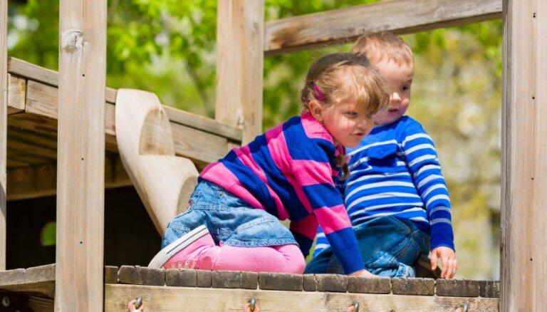 Elementāri likumi, ko vērts ievērot, pirms bērnu palaist publiskā rotaļu laukumā
