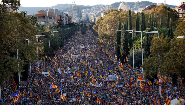 В Барселоне сотни тысяч протестуют против тюремных сроков сепаратистам
