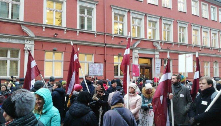 Video: Mediķi un viņu atbalstītāju simti protestē pie Saeimas