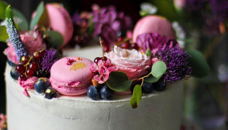 Mazāk ir vairāk: kāzu kūku jaunākās tendences un profesionāļu ieteikumi