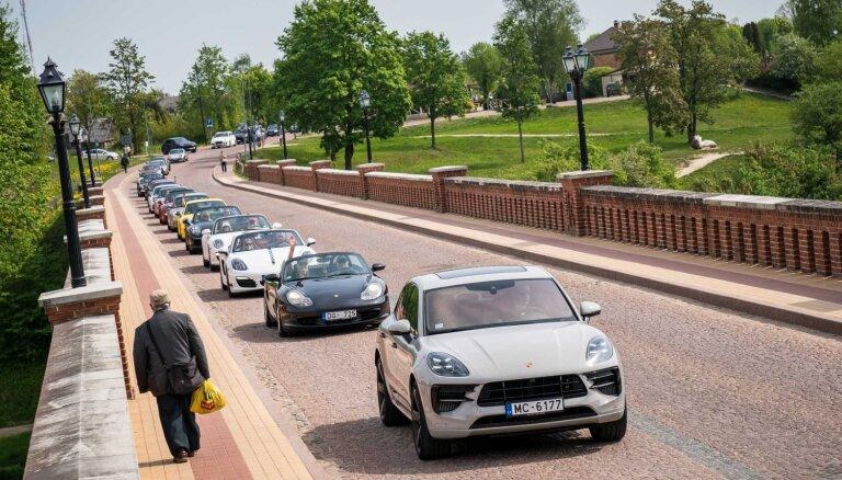 Foto: Latvijas 'Porsche' klubs ar braucienu pa Kurzemi atklājis vasaras sezonu