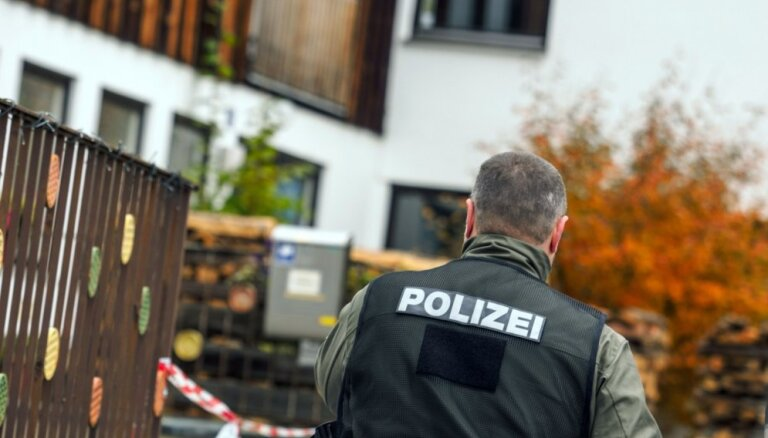 Vācijas viesnīcā atrasti trīs no bultu ievainojumiem miruši cilvēki