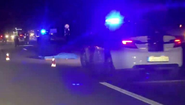 Ādažu novadā divu mašīnu sabraukts iet bojā gājējs