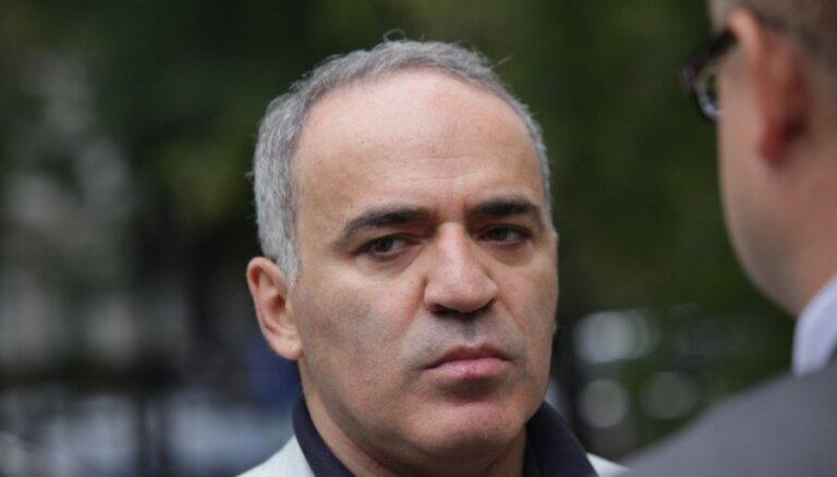 Каспаров призвал в Берлине дать отпор Путину