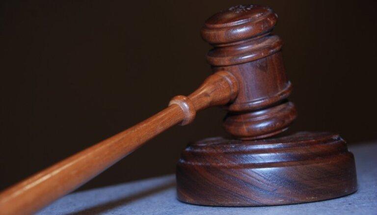 Atceļ 35 eiro sodu skolotājai par skolēna sagrābšanu aiz pleca