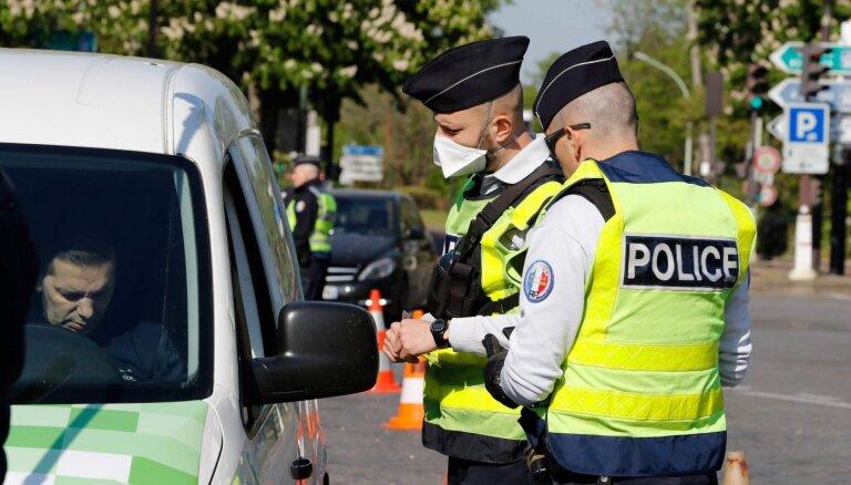 Parīzes priekšpilsētās neapmierinātie iedzīvotāji iesaistās sadursmēs ar policiju