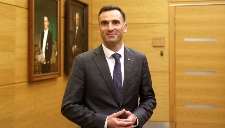 Мэр Риги готов привиться в прямом эфире, чтобы вдохновить других