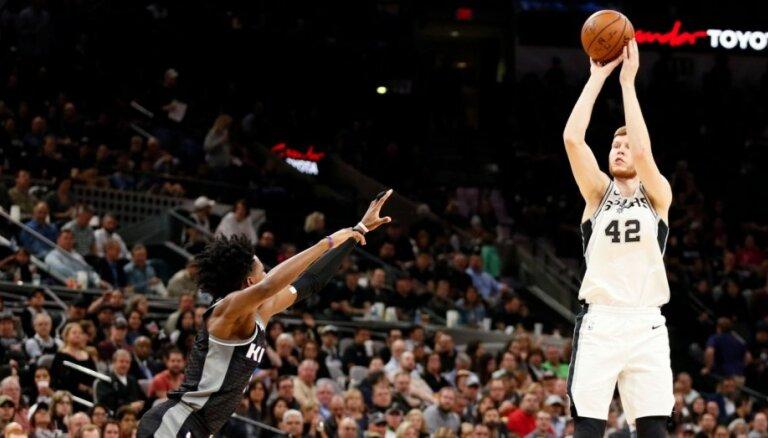 Dāvis Bertāns ar deviņiem punktiem palīdz 'Spurs' turpināt uzvaru sēriju