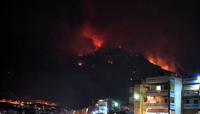 Atēnu apvidū plosās plašs meža ugunsgrēks