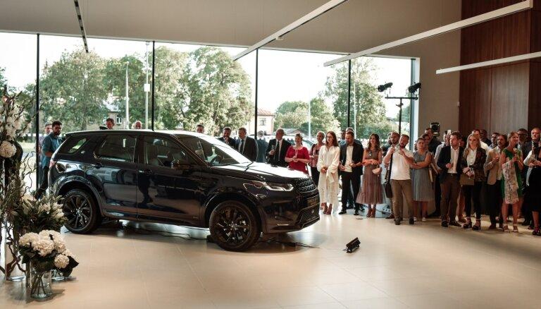 Foto: Rīgā atklāts Baltijā lielākais 'Jaguar Land Rover' autocentrs