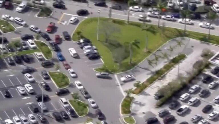 Video: Floridas iedzīvotāji gatavojas spēcīgajai viesuļvētrai 'Irma'