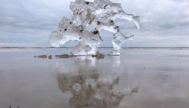 Iespaidīgi un skaisti kadri: Ziemas cīņa ar pavasari pie jūras Saulkrastos un Jūrmalā