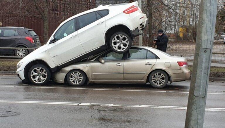 Foto: Rīgā autozaglis ar 'BMW X6' bēg no policijas un avarē