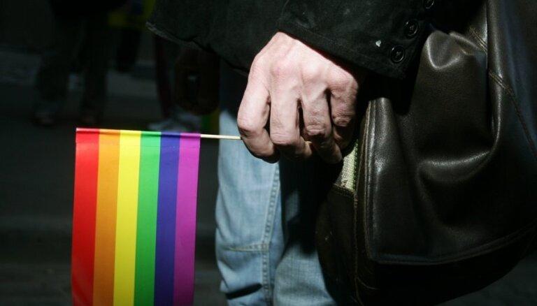 Piketā par LGBT kopienas problēmām pie Saeimas pulcējas ap 70 cilvēku