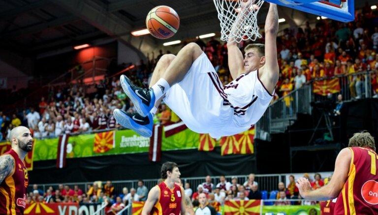 Сборная Латвии бьет Македонию и остается в игре