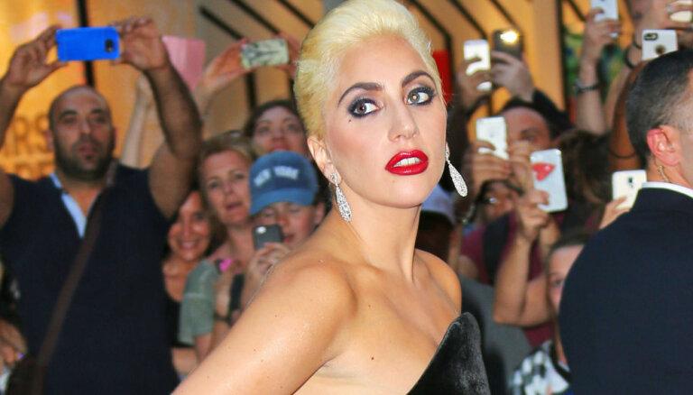 Lady Gaga glaunā burziņā gadās pikanta ķibele