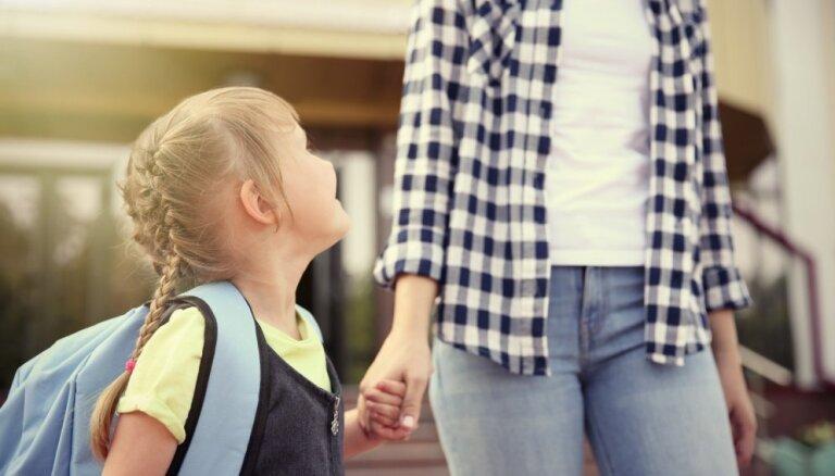 Psiholoģe un pedagoģe uzskaita virkni bīstamību par sešgadnieku sūtīšanu skolā