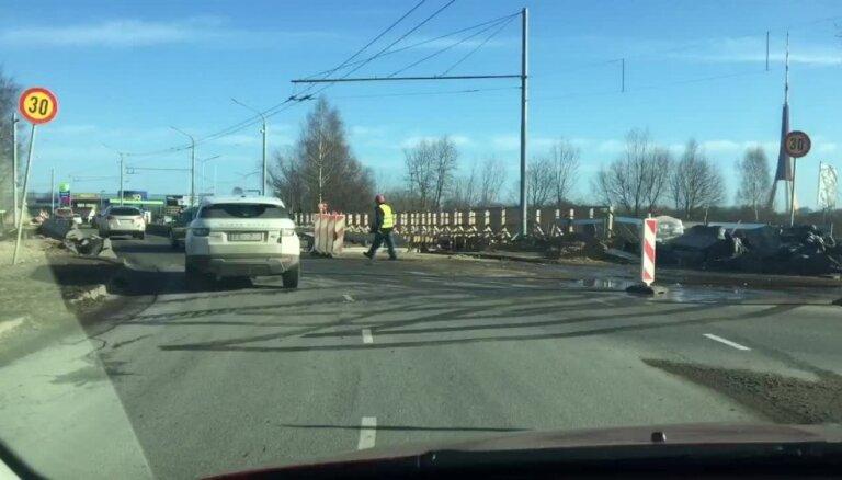 Video: Šoferis ceļ trauksmi par šaurību remontdarbu vietā Mūkusalas aplī