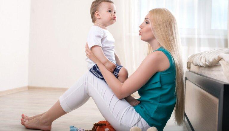 Kniebj, kož, sarīko histērijas: kā bērns parāda savu mīlestību vecumā no dzimšanas līdz diviem gadiem
