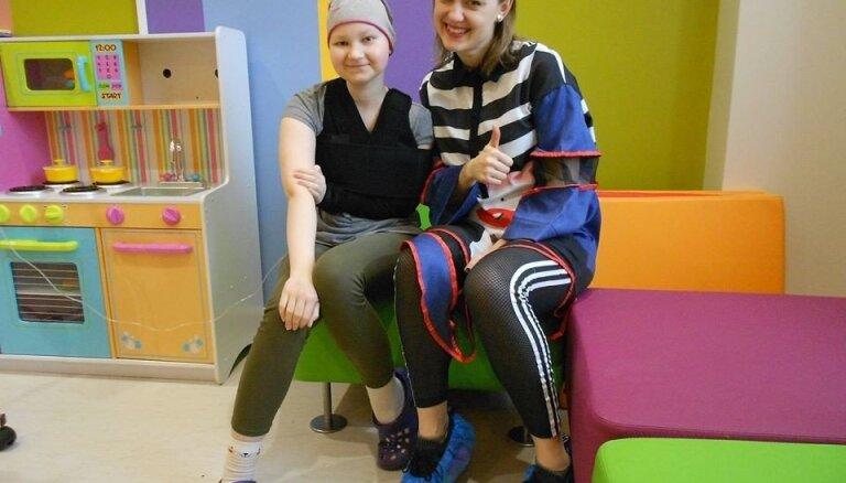 Foto: Īpaši ciemiņi rada prieku Bērnu slimnīcas Hematoonkoloģijas nodaļas pacientiem