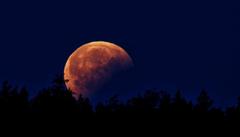 Foto: Aculiecinieki fiksē Mēness aptumsumu Latvijā