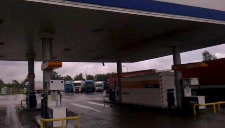 Grenctālē kravas auto stāv pamatīgā rindā pēc eirovinjetēm