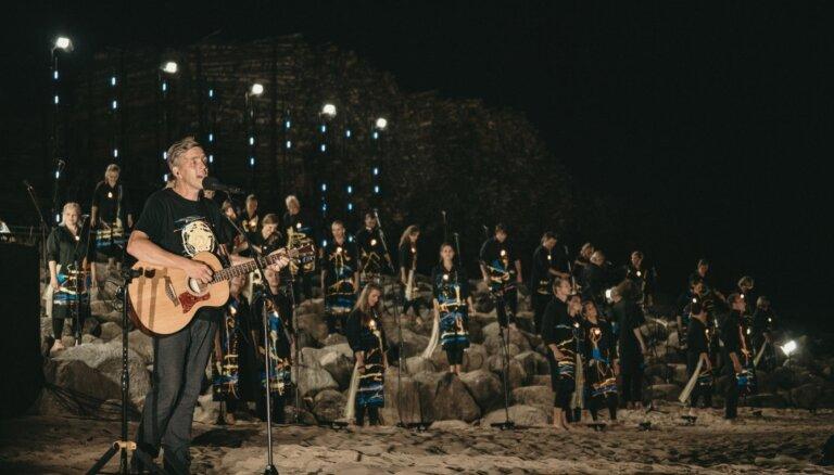 Skaisti kadri: Saulkrastu pludmalē izskanējis kormūzikas cikls 'Krastā saviļņots'