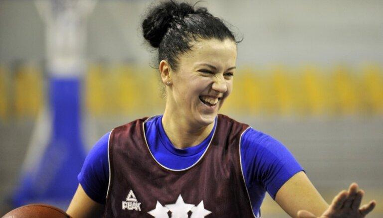 Latvijas sieviešu basketbola izlase nopietna savainojuma dēļ palikusi bez Rozenbergas