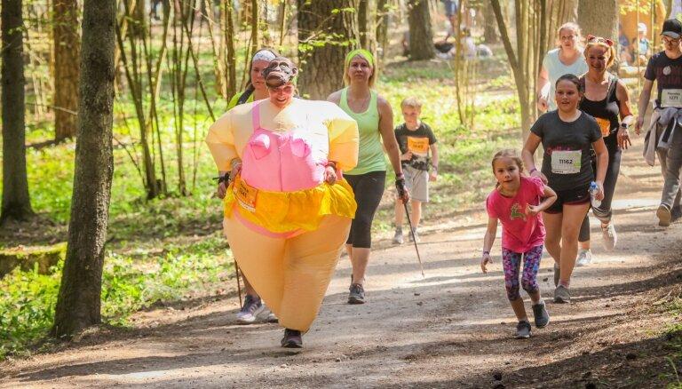 Foto: Tērvetes Pasaku mežā greznojas 'Stirnu buka' karnevāls