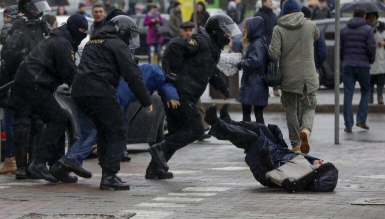 Baltkrievijā protesta akcijā aizturēti 400 cilvēku