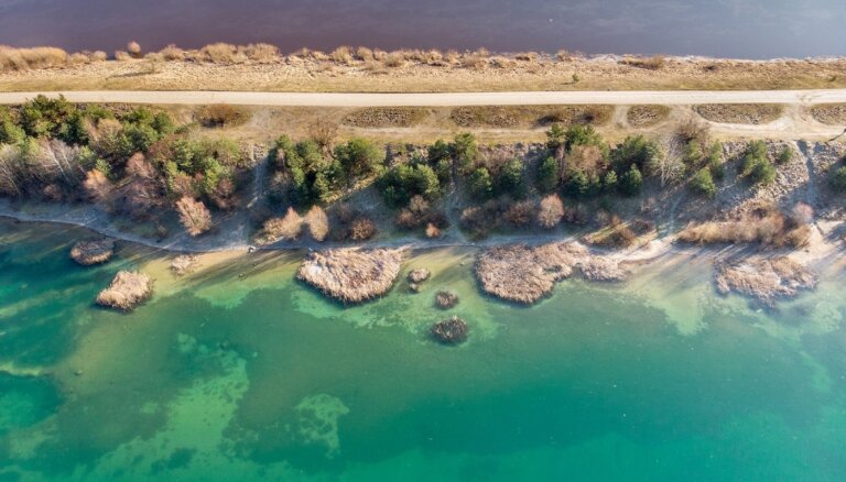 ФОТО. Необычная зелено-голубая вода: впечатляющий карьер Ругелю