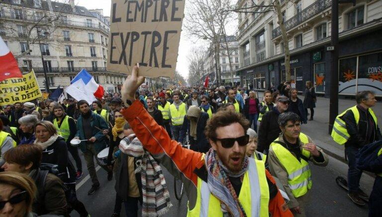 Foto: Francijas ielās kārtējo reizi iziet 'dzeltenās vestes'