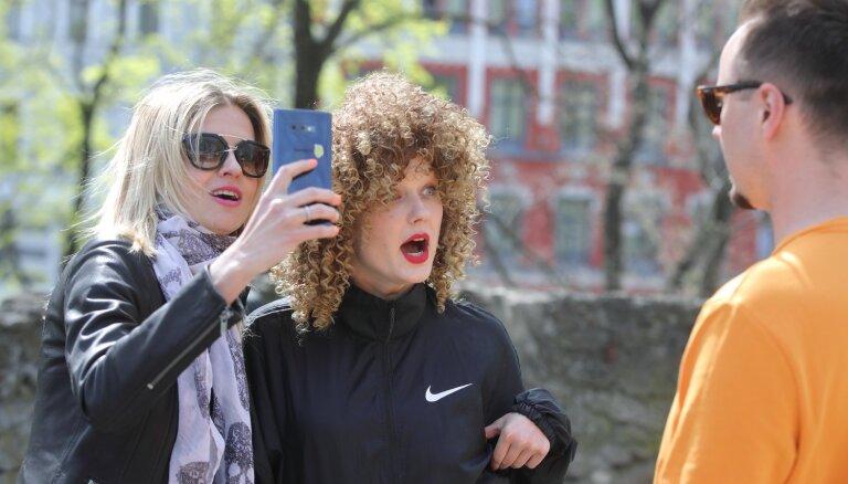 Foto: Sabiedrībā zināmi ļaudis ietalko Bastejkalnā