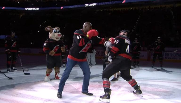 ВИДЕО: Легендарный боксер Эвандер Холифилд нокаутировал хоккеиста
