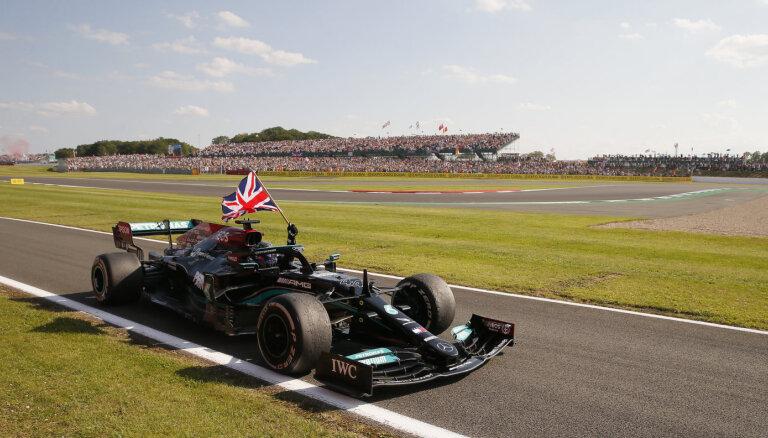 Hamiltons pēc sadursmes ar Verstapenu uzvar Lielbritānijas 'Grand Prix'