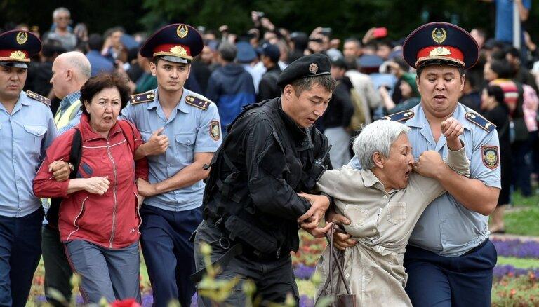 Foto: Kazahstānā policija aiztur pustūkstoti Nursultana opozicionāru