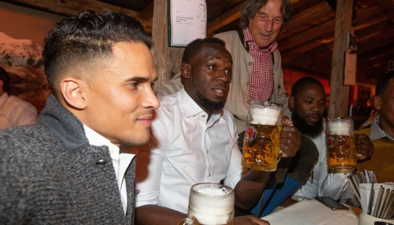 Foto: Pasaulē ātrākais cilvēks malko alutiņu 'Oktoberfest' svinībās