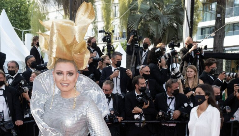 ФОТО: Лена Ленина снова пришла на Каннский кинофестиваль с башней на голове