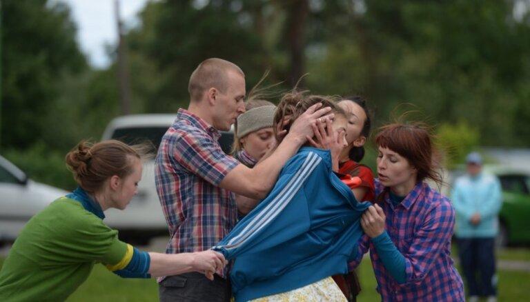 Pirmizrādi piedzīvos flāmu horeogrāfa un latviešu dejotāju veidotā izrāde 'No Vecmīlgrāvja ar mīlestību'