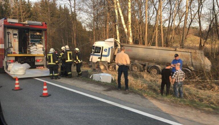Foto: Uz Liepājas šosejas no ceļa noskrien kravas auto