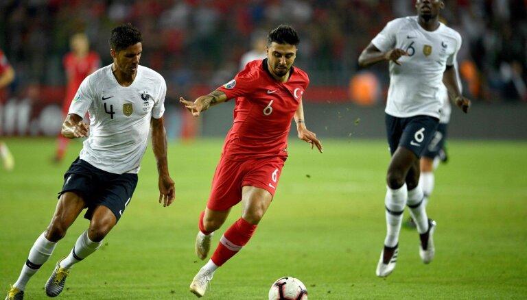 Turcijas futbolisti EČ kvalifikācijā pieveic pasaules čempioni Franciju