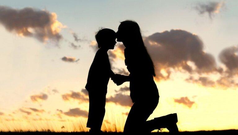 Vecākiem būs iespēja saņemt bezmaksas psiholoģisko palīdzību jautājumos par bērnu audzināšanu