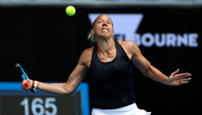 Kanepi 'Australian Open' otrajā kārtā aizšķērso Keninai ceļu uz trofejas aizstāvēšanu