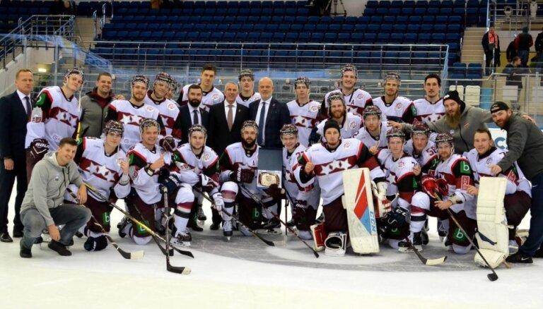 Latvijas hokeja izlase pēcspēles metienos uzveic Baltkrieviju un triumfē EIHC turnīrā