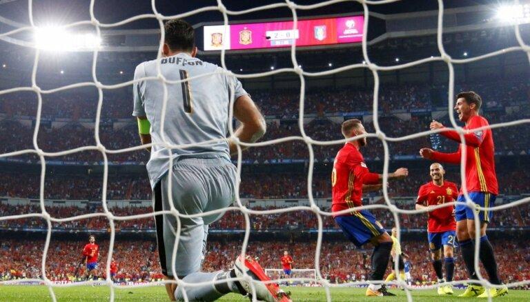 Spānijas futbolisti Pasaules kausa kvalifikācijā grandu duelī grauj Itāliju